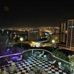 vista nocturna de la bahia desde la terraza