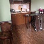 Cozinha e área para se tomar café no quarto
