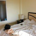 Номер с видом на нечистую кровать