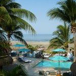 Blick auf Pool und Strand