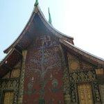 Facade arbre de vie  temple d'or Wat Xieng Thong - Alexandra Box