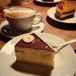Bananen Torte, Sanddorn Torte und Milchkaffee