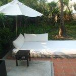 Petit lit extérieur devant les Sansky Villa
