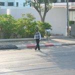 le gentil garde qui nous aide à traverser la rue