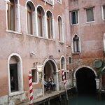 la entrada al hotel desde el canal