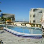 La piscina de día, muy bonita y rodeada de estatuas