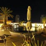 La piscina de noche, muy bonita, se puede cenar al borde de ella