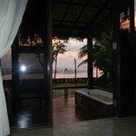 Blick vom Bett auf den Sonnenuntergang im Meer