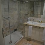 Salle de bain à douche de l'Iberostar Mencey