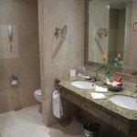 Salle de bain (avec son vase et sa rose) de l'hotel Botanico