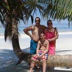 En famille sur la plage paradisiaque