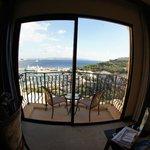 Blick aus dem Zimmer über den Balkon in Richtung Hafen