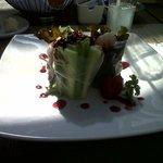 Ensalada de lechuga, jícama, camarones y aderezo de zarzamora.
