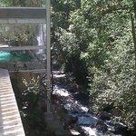 Del lado izquierdo, la alberca. Del lado derecho bosque y cascada.