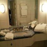 Välutrustat badrum med lyxkänsla