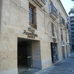 Entrada al hotel con fachada de piedra