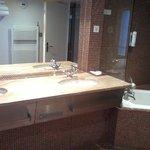 tres belle salle de bain, tres spacieuse. chambre prestige.
