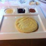 Caciocavallo alla piastra con miele e marmellatine