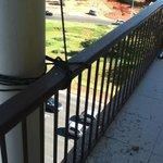El balcón con tierra y sogas, no lo limpiaban nunca, en un 5 estrellas !!!!