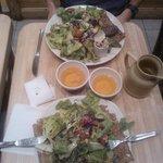 Galettes recouvertes de salade fraîche