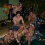 Los muchachos en la piscina