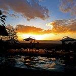 Zwembad met zonsondergang