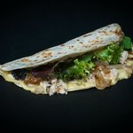 piadina con pechuga de pollo , cebolla confitada, lechuga y queso fontina