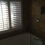 Huge soaking tub w/travertine tile