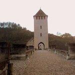 La torre central es la única no fortificada.