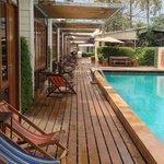 Коттеджи: у каждого свой выход к бассейну, столик и лежаки