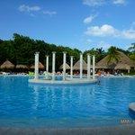 magnifique et immense piscine