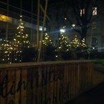 Отель встречает праздничными елочками