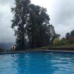 Esa es la piscina no temperada. Tremenda, incluso para un día de lluvia como este.