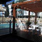 Deck junto a la piscina