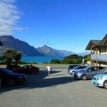 Blick von der Rezeption über Parkplatz auf den See!