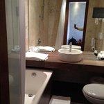 Badezimmer mit Badewanne & Fernseher