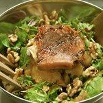 Ensalada Parisina - Queso de cabra a la plancha, manzana asada, nueces y vinagreta con miel de c