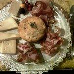 antipasto: focaccia della corte con formaggi e salumi