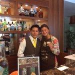 Fernando bar tender del hotel Sumaq. Preparando exquisitos piscos sour. Excelente maestro.