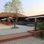 Poolbereich mit Blick aufs Restaurant