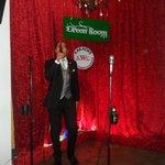 Tarima con tres micrófonos y cada uno con su posa vaso. Excelente sonido.