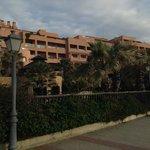 fachada del hotel desde la playa