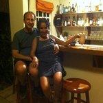 Au petit bar en savourant les délicieux cocktails d'Aïda.