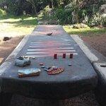 Kombinert backgamon- og spisebord på stranda
