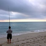 : утра. Местные ловят рыбу