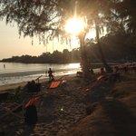 Solnedgång vid stranden och restaurangen