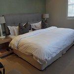 le grand lit très confortable