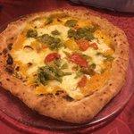 Pizza con fiori di zucca, crema di zucca e peperoni