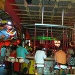 A parte do bar e suas cadeiras engraçadas.