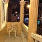balcon frente a la calle principal...
